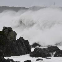 台風19号の接近で海岸の岩場に激しく打ち付ける波=和歌山県串本町で2019年10月12日午前7時51分、猪飼健史撮影