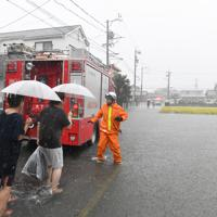 台風19号の大雨で冠水したエリアで避難する人たち=静岡市駿河区で2019年10月12日午前10時18分、竹内紀臣撮影
