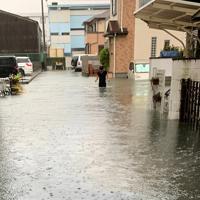 台風19号の大雨で冠水した住宅街=静岡市駿河区で2019年10月12日午前7時半ごろ、近隣住民提供