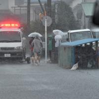 台風19号の大雨により冠水したエリアで避難する人たち=静岡市駿河区で2019年10月12日午前10時19分、竹内紀臣撮影