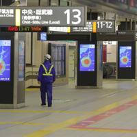 台風19号の影響で鉄道各社が運休となり、閑散とする新宿駅=東京都新宿区で2019年10月12日午前11時39分、宮武祐希撮影