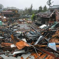 竜巻とみられる突風で破壊された住宅地=千葉県市原市で2019年10月12日午後0時53分、手塚耕一郎撮影