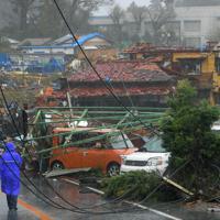 台風19号が接近する中、竜巻とみられる突風で破壊された住宅地。手前は調査を行う気象台の関係者=千葉県市原市で2019年10月12日午後0時59分、手塚耕一郎撮影