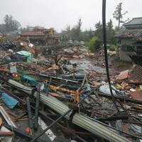 台風19号が接近する中、竜巻とみられる突風で破壊された住宅地=千葉県市原市で2019年10月12日午後1時2分、手塚耕一郎撮影