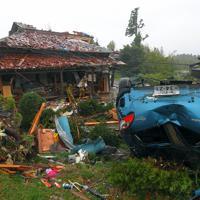 竜巻とみられる突風で被害を受けた住宅と車=千葉県市原市で2019年10月12日午後0時48分、手塚耕一郎撮影