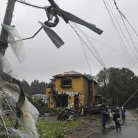 台風19号が接近する中、竜巻とみられる突風で破壊された住宅地=千葉県市原市で2019年10月12日午後0時36分、手塚耕一郎撮影