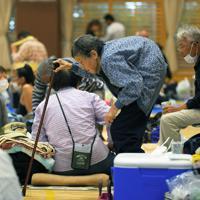 台風19号の風雨が強まる中、避難所に集まった住民たち=千葉県館山市の房南学園で2019年10月12日午前8時39分、手塚耕一郎撮影