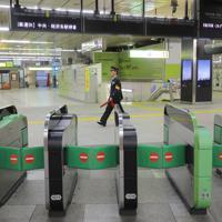 台風19号の影響で鉄道各社が運休となり、閑散とする新宿駅=東京都新宿区で2019年10月12日午後2時56分、宮武祐希撮影