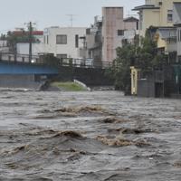 台風19号の接近に伴う雨で増水した狩野川=静岡県沼津市で2019年10月12日午後4時、竹内紀臣撮影
