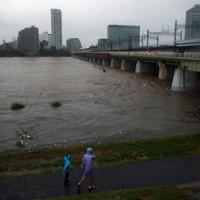 台風19号の影響で増水している多摩川=川崎市高津区で2019年10月12日午後4時27分、小川昌宏撮影