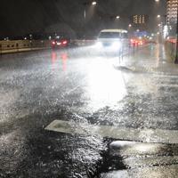 台風19号の影響で激しく降る雨=東京都八王子市で2019年10月12日午後6時8分、丸山博撮影