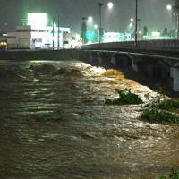 台風19号の大雨で濁流となった浅川=東京都八王子市で2019年10月12日午後6時43分、丸山博撮影
