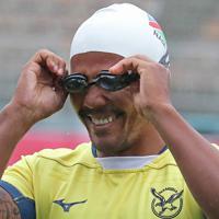 雨のなか行われた前日練習に、水泳キャップとゴーグルをつけて登場し、チームメイトの笑いを誘うナミビアの選手=釜石鵜住居復興スタジアムで2019年10月12日午前10時57分、和田大典撮影