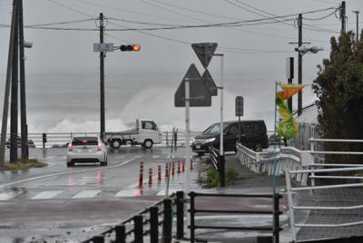 高波が打ち付ける海岸線の道路=静岡市駿河区で2019年10月12日午前9時54分、竹内紀臣撮影