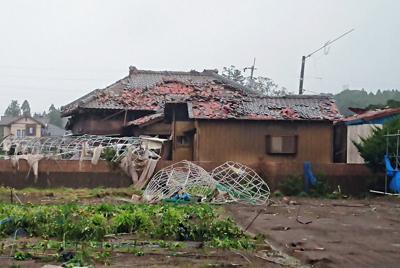 竜巻とみられる被害で壊れた住宅=千葉県市原市で2019年10月12日午前11時ごろ、加藤昌平撮影