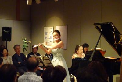 ギャラリーコンサートで演奏するフルート・高木綾子とピアノ・坂野伊都子