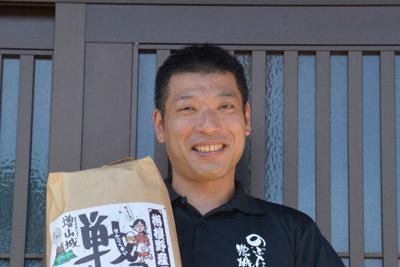 「のぶた農城」の社長、信田浩光さん(40)=砺波市増山で、森野俊撮影