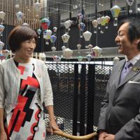 ミニ熱気球がつるされた市役所2階で話をする饒慶鈴知事(左)と岡本栄市長=三重県伊賀市で、大西康裕撮影