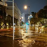 冠水した武蔵小杉駅周辺の道路=川崎市中原区で2019年10月12日午後11時52分、市村一夫撮影