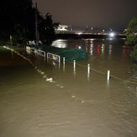 台風19号の影響で多摩川(右)が氾濫し、冠水した住宅街周辺=東京都世田谷区で2019年10月12日午後11時49分、小川昌宏撮影