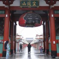 台風19号の影響で、提灯を畳んだ雷門=東京都台東区で2019年10月12日午後3時44分、宮武祐希撮影