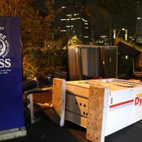 暴風により倒れたとみられる自動販売機=横浜市中区で、2019年10月12日午後11時14分、木下翔太郎撮影
