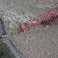 千曲川に落ちた上田電鉄別所線の鉄橋=長野県上田市で2019年10月13日午前8時40分、本社ヘリから