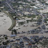 千曲川が決壊し(左)、浸水する長野市穂保の住宅街=2019年10月13日午前8時15分、本社ヘリから