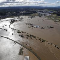 台風19号の影響で氾濫した福島県玉川村の阿武隈川=2019年10月13日午前9時5分、本社ヘリから