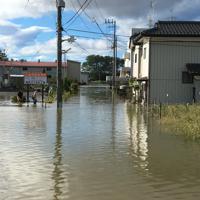阿武隈川流域が浸水し、冠水する住宅街=郡山市富久山町久保田で2019年10月13日午前8時1分、渡部直樹撮影