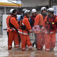 自宅に取り残された人を救助する消防隊=長野市穂保で2019年10月13日午前8時57分、ガン・クリスティーナ撮影