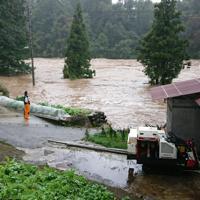 増水して氾濫した信濃川=新潟県津南町上郷寺石で13日午前10時20分、板鼻幸雄撮影