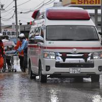 自宅に取り残された人を救助する消防隊=長野市穂保で2019年10月13日午前8時55分、ガン・クリスティーナ撮影