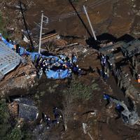 群馬県富岡市で続く崖崩れ現場の捜索=2019年10月13日午前8時59分、本社ヘリから