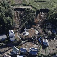 群馬県富岡市で続く崖崩れ現場の捜索=2019年10月13日午前9時、本社ヘリから