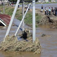 台風19号の影響で、決壊した秋山川(右)。大量の水が住宅地に流れ込んでいた=栃木県佐野市で2019年10月13日午前10時34分、小川昌宏撮影