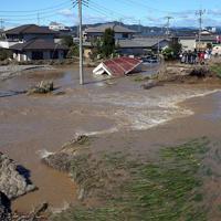 台風19号の影響で、決壊した秋山川(右)。大量の水が住宅地に流れ込んでいた=栃木県佐野市で2019年10月13日午前10時28分、小川昌宏撮影