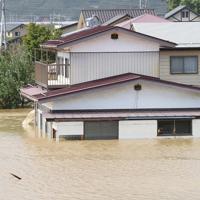 千曲川の堤防が決壊して水没した住宅=長野市穂保で2019年10月13日午後0時38分、丸山博撮影