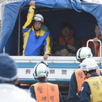千曲川の堤防が決壊して浸水した住宅街から救助される住民ら=長野市大町付近で2019年10月13日午後1時54分、丸山博撮影