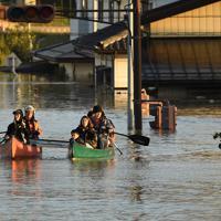 千曲川の堤防が決壊して浸水した住宅街からボートで救助される住民。しなの鉄道豊野駅の近くで、千曲川から約2キロ離れている=長野市豊野町豊野で2019年10月13日午後4時45分、丸山博撮影