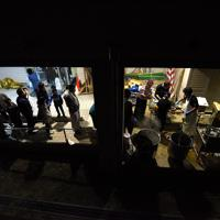 避難所の体育館前で行われたラーメンの炊き出し。長野市内のラーメン店社長やタレントが300食以上を無料で提供した=長野市豊野町の豊野西小学校で2019年10月13日午後5時59分、丸山博撮影