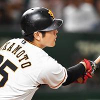 【巨人-阪神】五回裏巨人無死、岡本が同点の中越えソロ本塁打を放つ=東京ドームで2019年10月13日、滝川大貴撮影