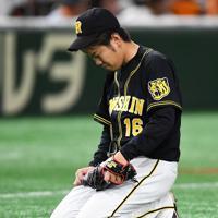 【巨人-阪神】六回裏巨人2死三塁、丸のスクイズで勝ち越しを許しうなだれる阪神の先発・西=東京ドームで2019年10月13日、滝川大貴撮影