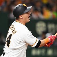 【巨人-阪神】七回裏巨人1死一塁、ゲレーロが中越え2点本塁打を放つ=東京ドームで2019年10月13日、滝川大貴撮影