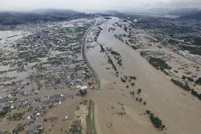 長野市穂保地区を流れる千曲川。中央左が決壊した堤防=2019年10月13日午前8時15分、本社ヘリから