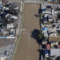 台風19号の影響で壊れたと思われる秋山川に架かる橋=2019年10月13日午前8時25分、本社ヘリから
