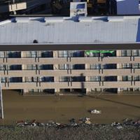 台風19号の影響で浸水した川崎市高津区の住宅=2019年10月13日午前6時58分、本社ヘリから