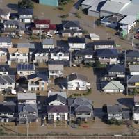 台風19号の影響で浸水した栃木県足利市の道路=2019年10月13日午前8時20分、本社ヘリから
