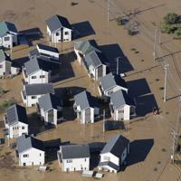 台風19号の影響で浸水した埼玉県川越市の住宅=2019年10月13日午前7時59分、本社ヘリから