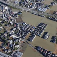 台風19号の影響で浸水した埼玉県川越市の住宅=2019年10月13日午前7時50分、本社ヘリから